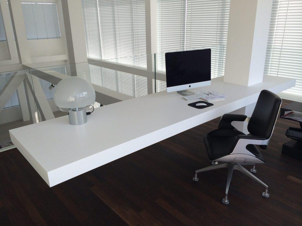 Zwevende tafel van corian